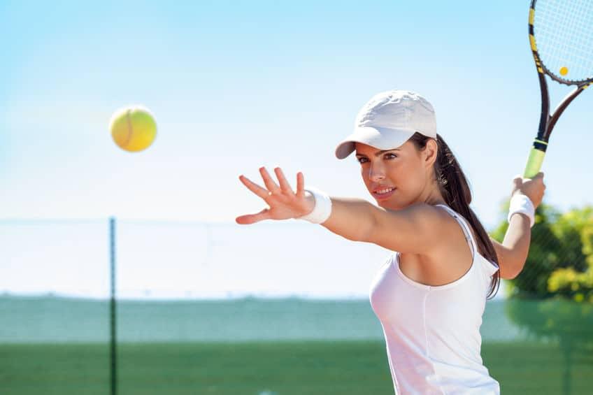 Mulher jogando tênis.