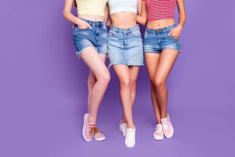 Três mulheres com as pernas de fora.