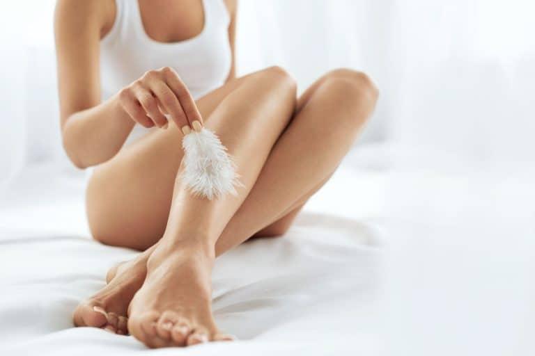 Mulher com pernas lisas.
