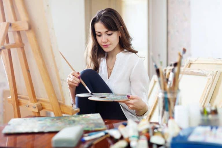 Mulher pintando.
