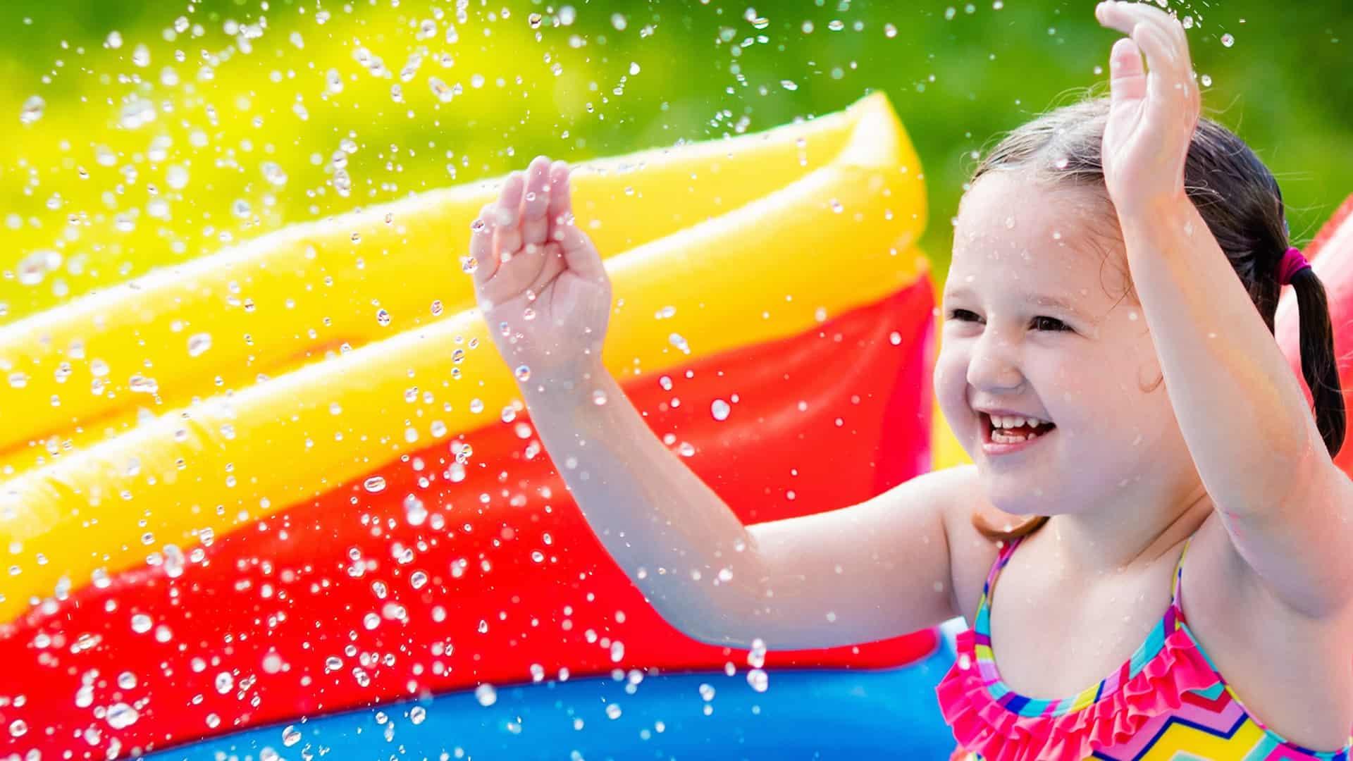 Imagem de menina em piscina inflável.