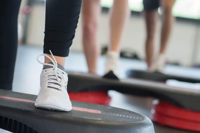Imagem de pessoas fazendo exercícios em plataforma vibratória.