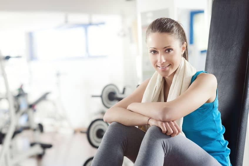 Mulher treinando em academia.