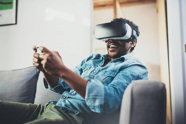 Jogando com óculos de realidade virtual.