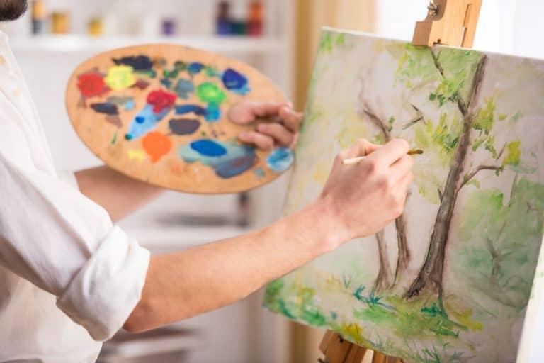 Imagem de pessoa fazendo pintura com tinta a óleo.
