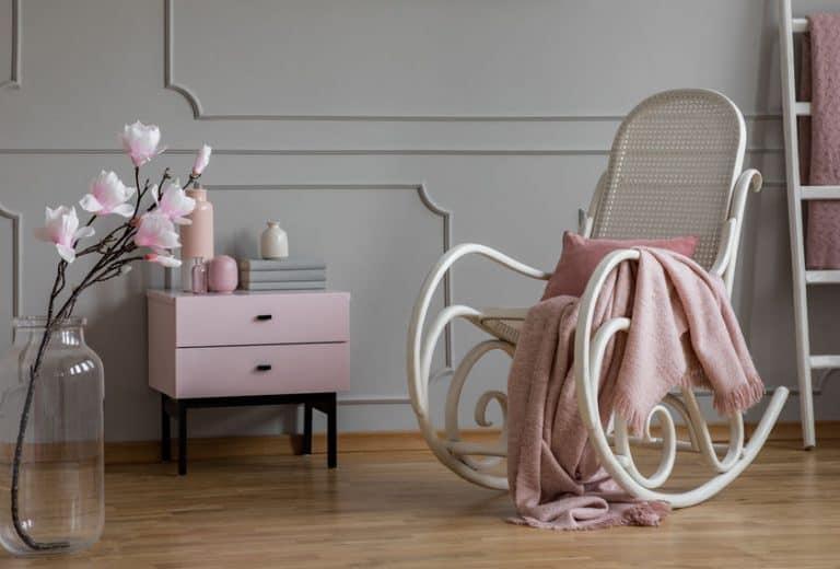 Poltrona em quarto infantil com tons de rosa.