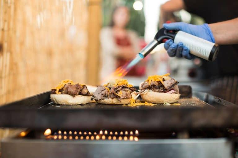 Preparando hamburguer com maçarico.