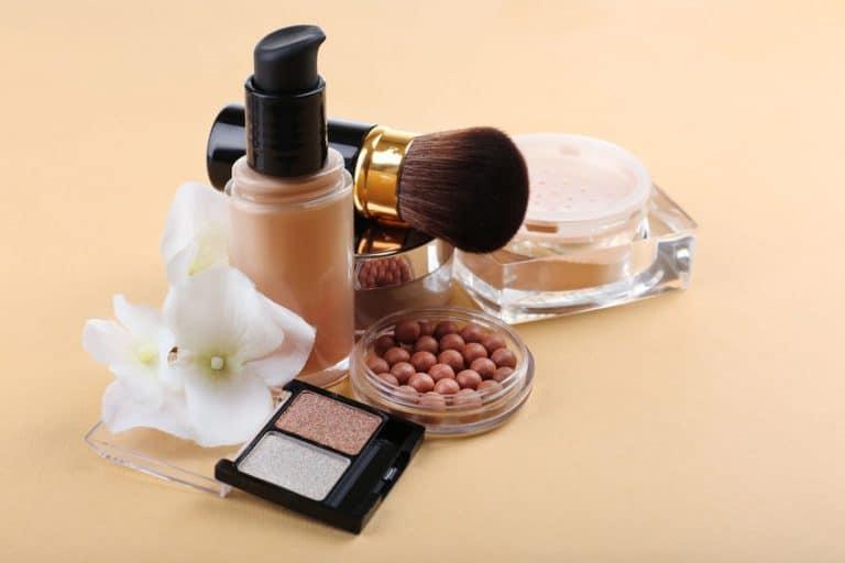 Produtos básicos de maquiagem.