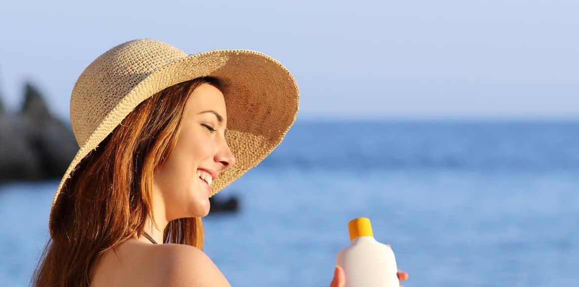 Mulher segurando protetor solar.