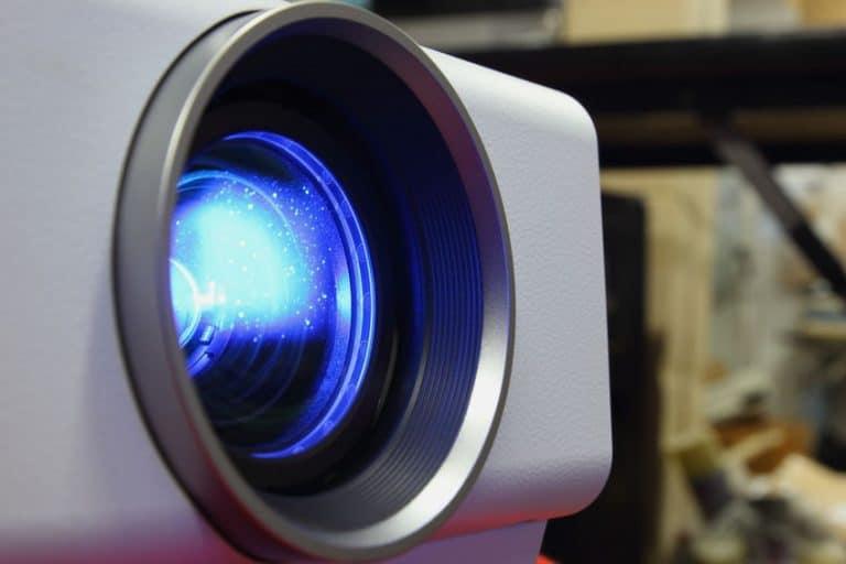 Imagem destaca a lente de um projetor