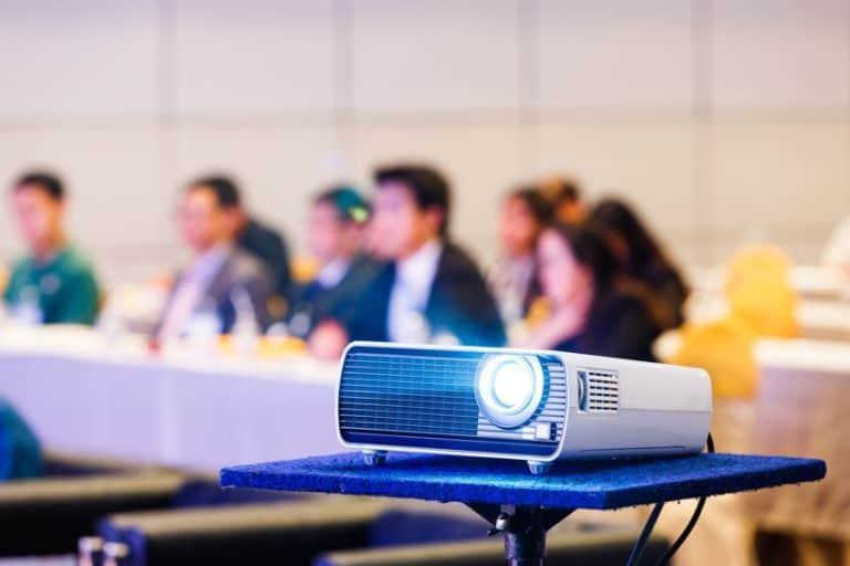 Imagem de projetor em reunião.
