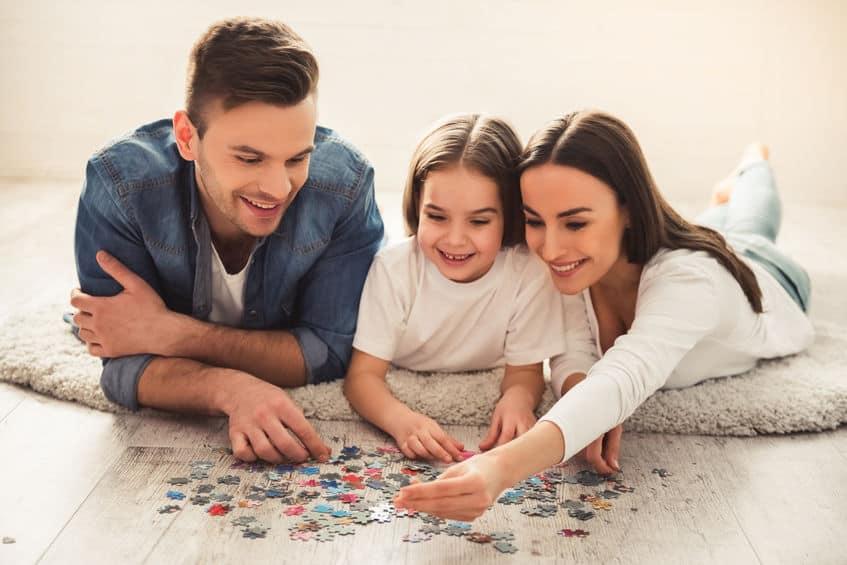 Família montando quebra-cabeça.