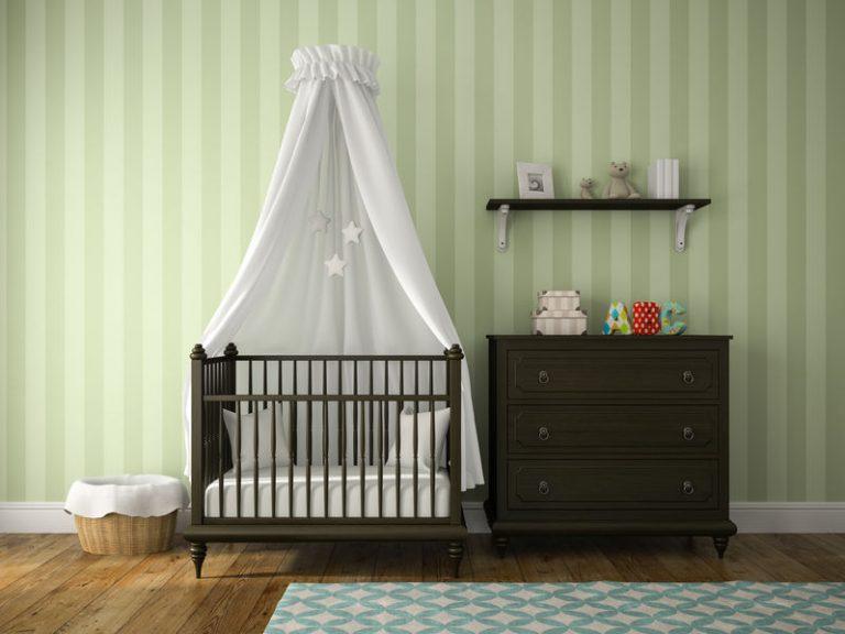Cômoda de madeira em quarto de bebê.
