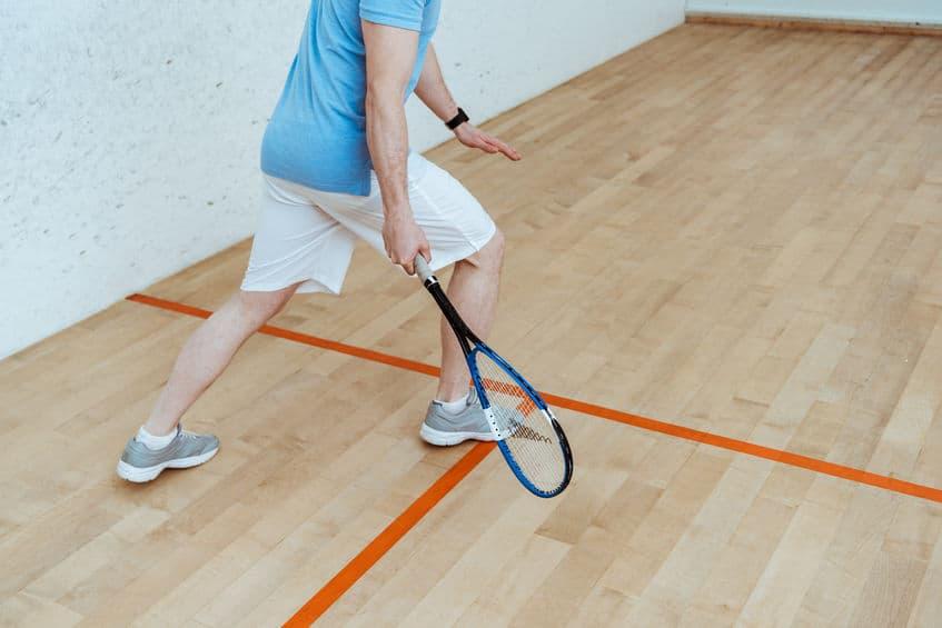 Imagem de pessoa jogando squash.