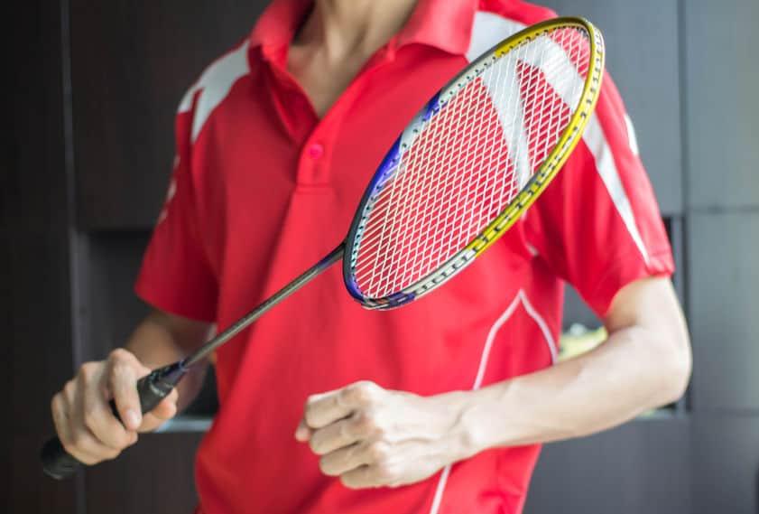 Imagem de pessoa segurando raquete de badminton.