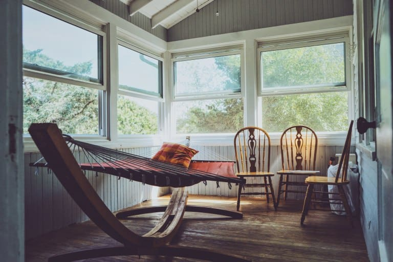 Rede de descanso em sala de casa.