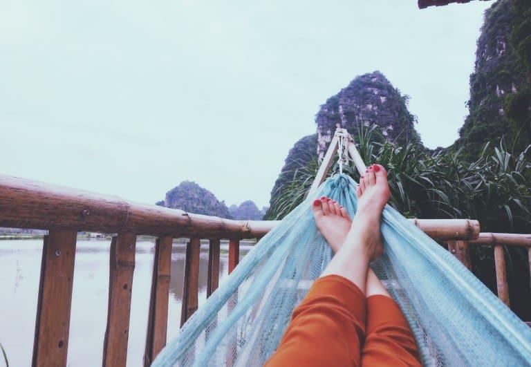 Relaxando em rede de descanso.
