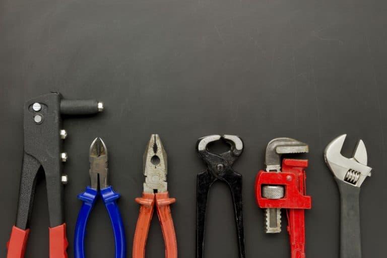 Imagem de ferramentas sobre mesa.