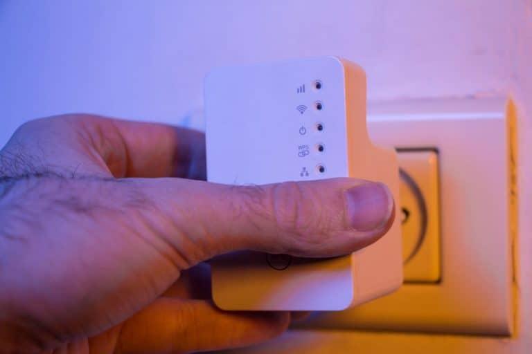 Imagem de repetidor wifi na tomada.