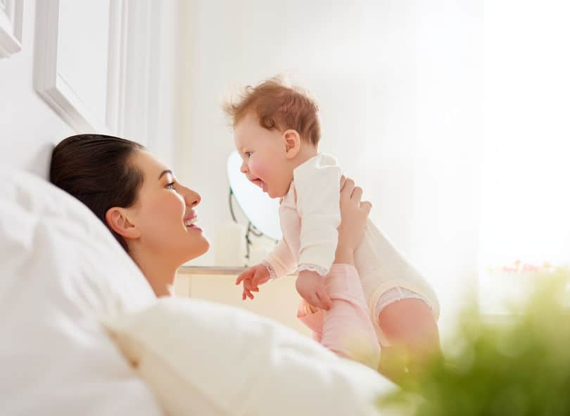Mãe segurando bebê no colo.