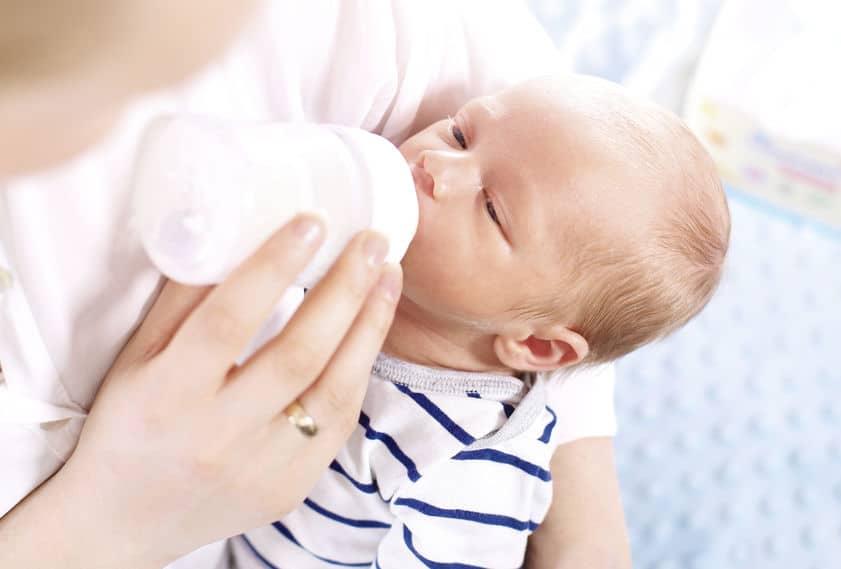 Imagem de bebê mamando.