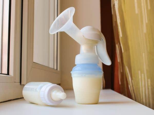 Bomba manual tira-leite com leite.