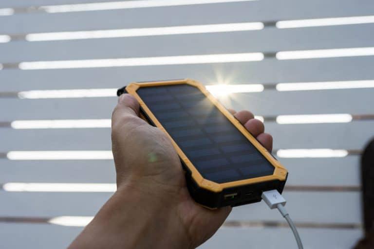 Segurando carregador solar.