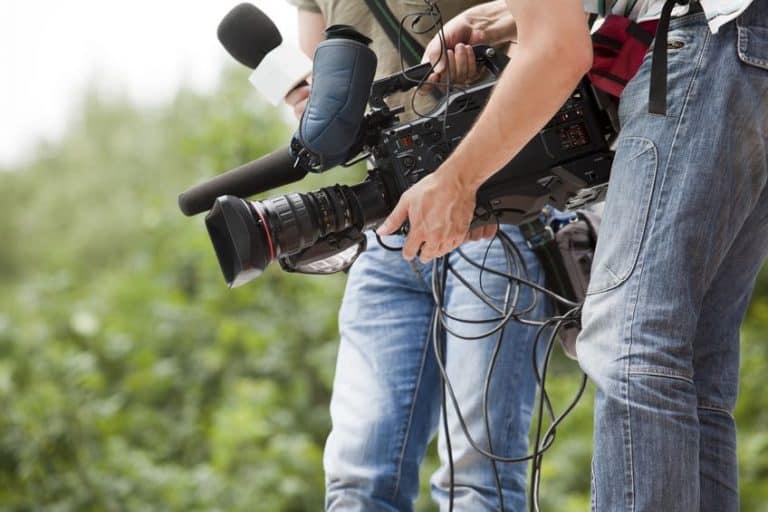 Segurando filmadora.