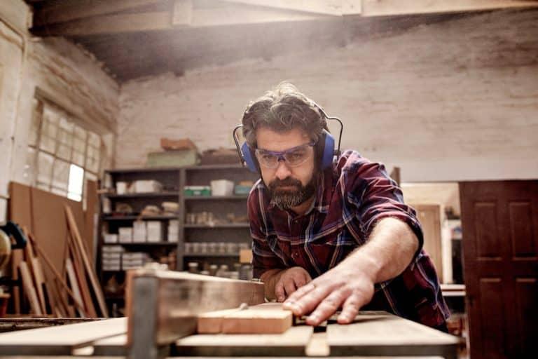 Imagem de homem trabalhando com serra.