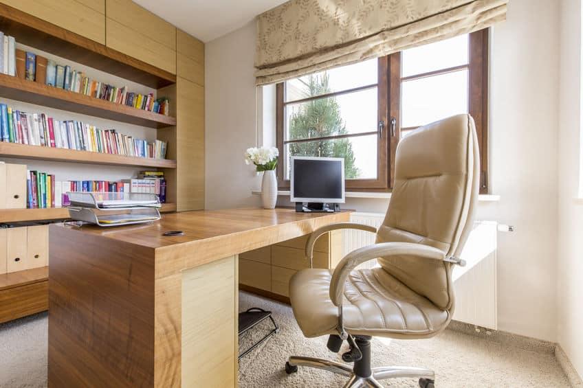 Imagem de escritório com cadeira bege.