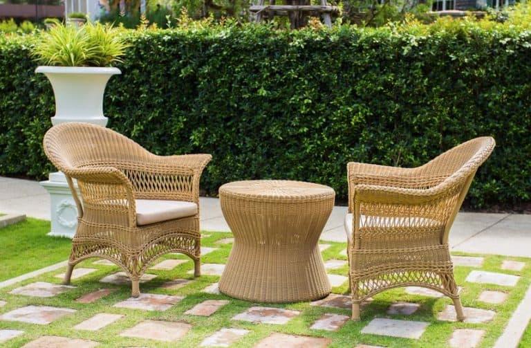 Mesa com cadeiras em jardim.