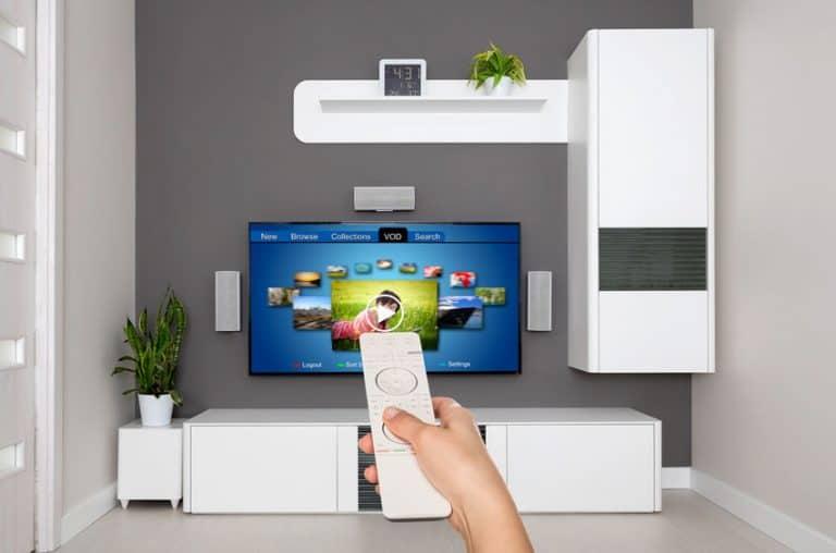 Ligando smart TV com aplicativos na tela.