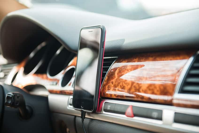 Imagem de celular no suporte de carro.