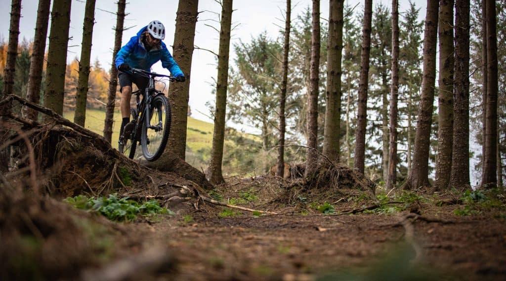 Rapaz com uma mountain bike.