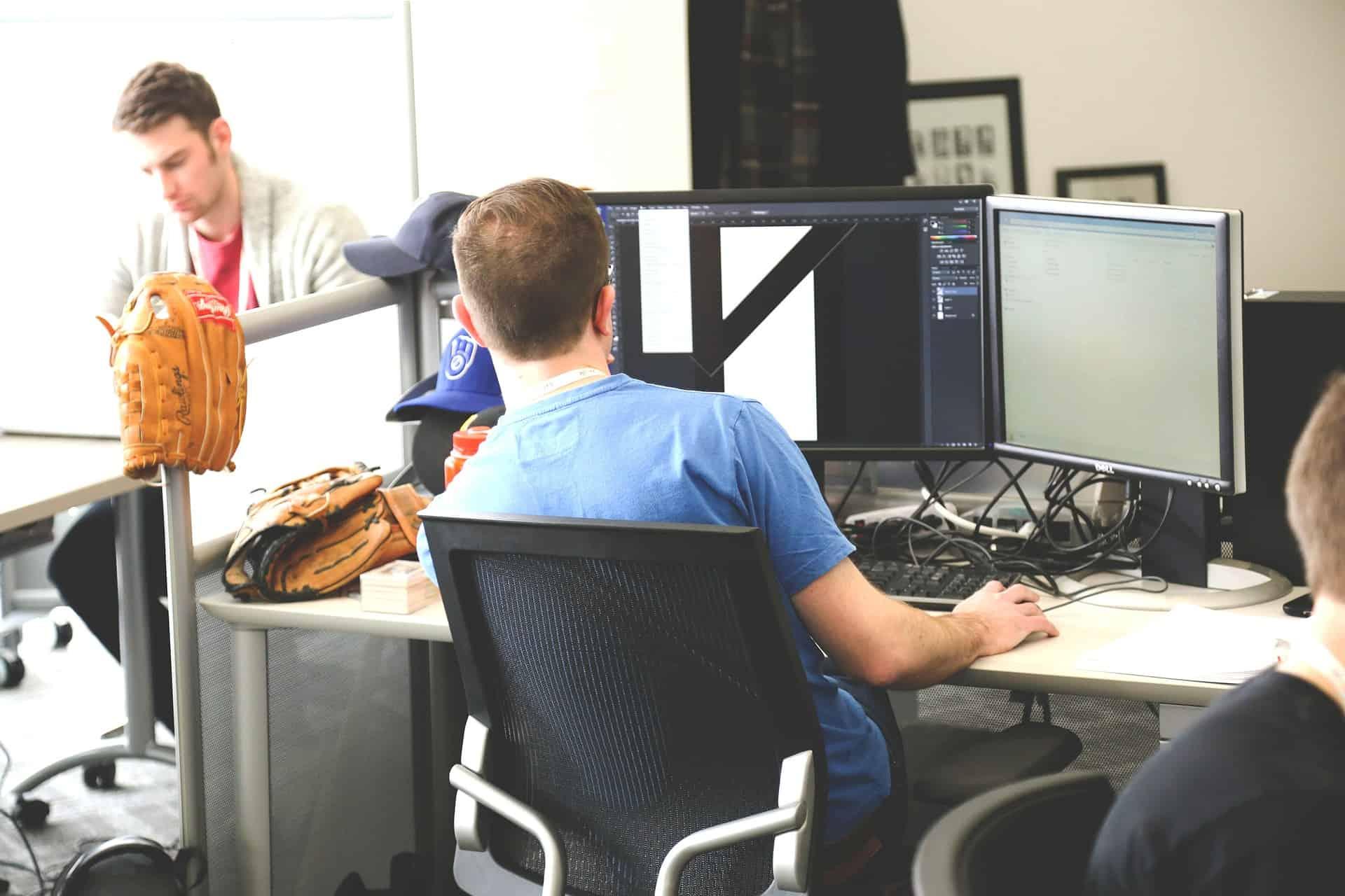 Imagem de homem trabalhando em escritório.
