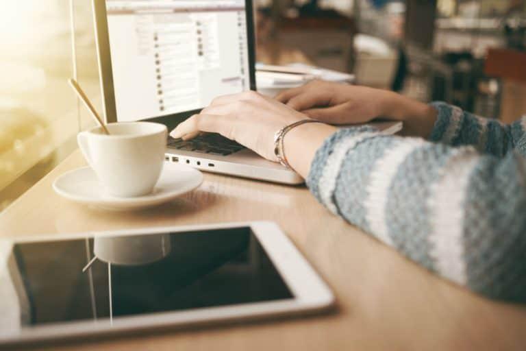 Tablet sobre uma mesa de trabalho