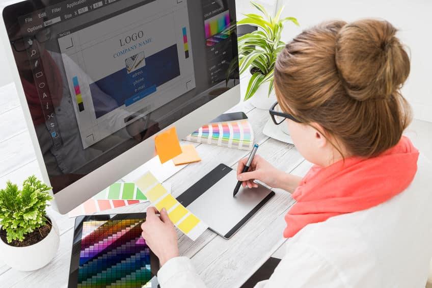 Imagem de pessoa trabalhando com mesa digitalizadora.