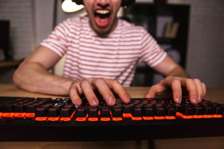 Imagem de homem jogando em computador.