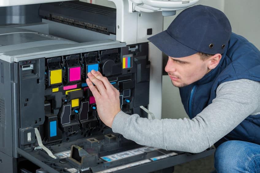 Imagem de homem trocando tinta de impressora.
