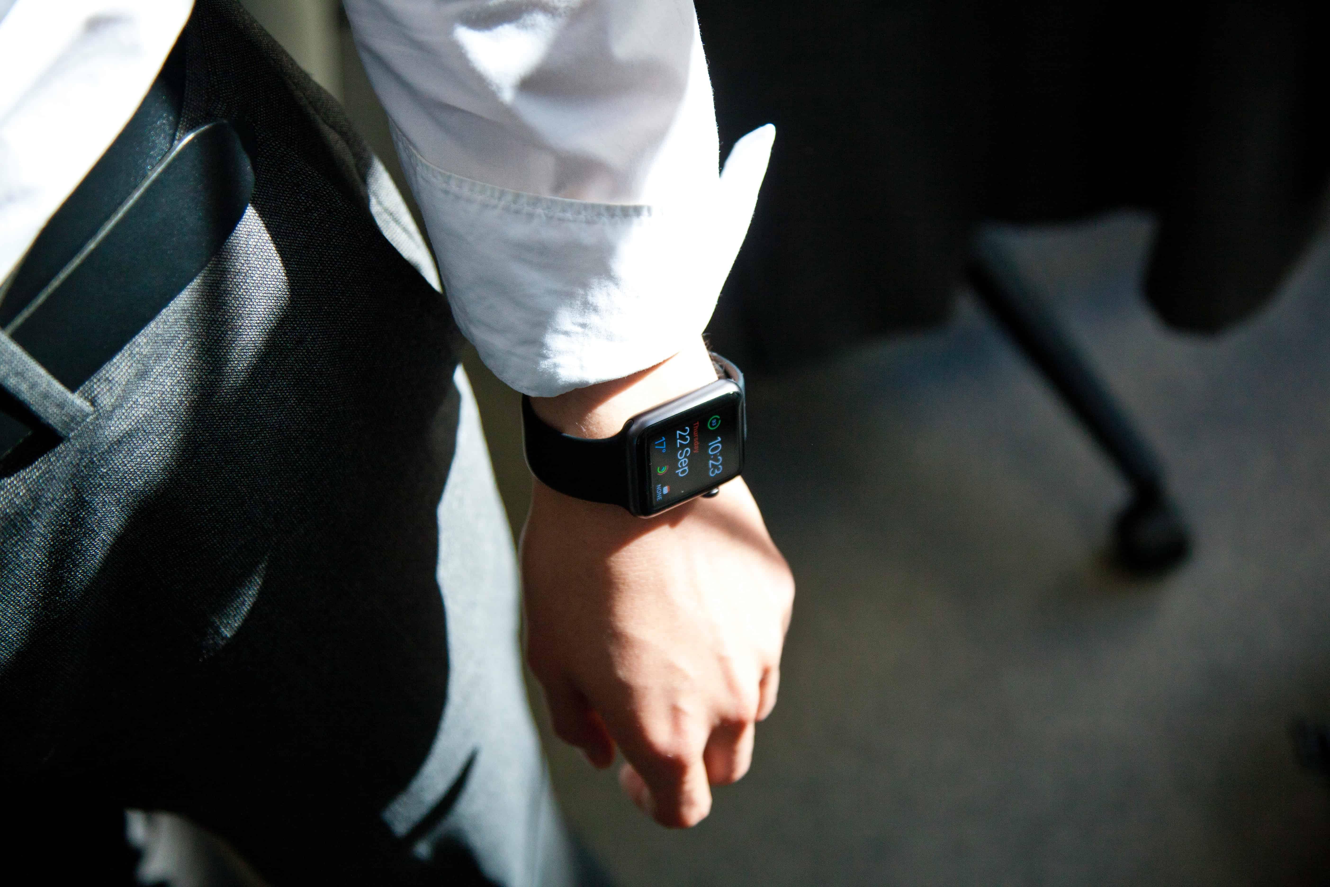 Imagem de homem com relógio no pulso.