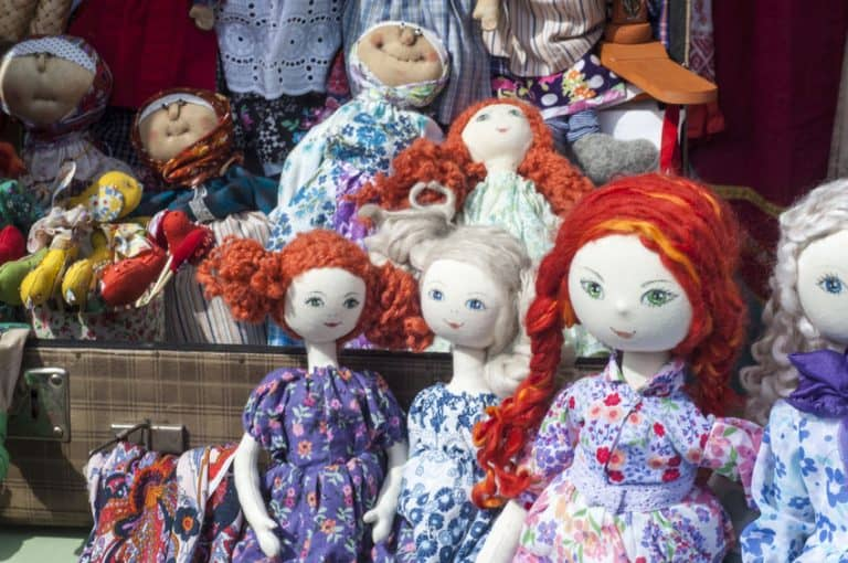 Várias bonecas de pano expostas.