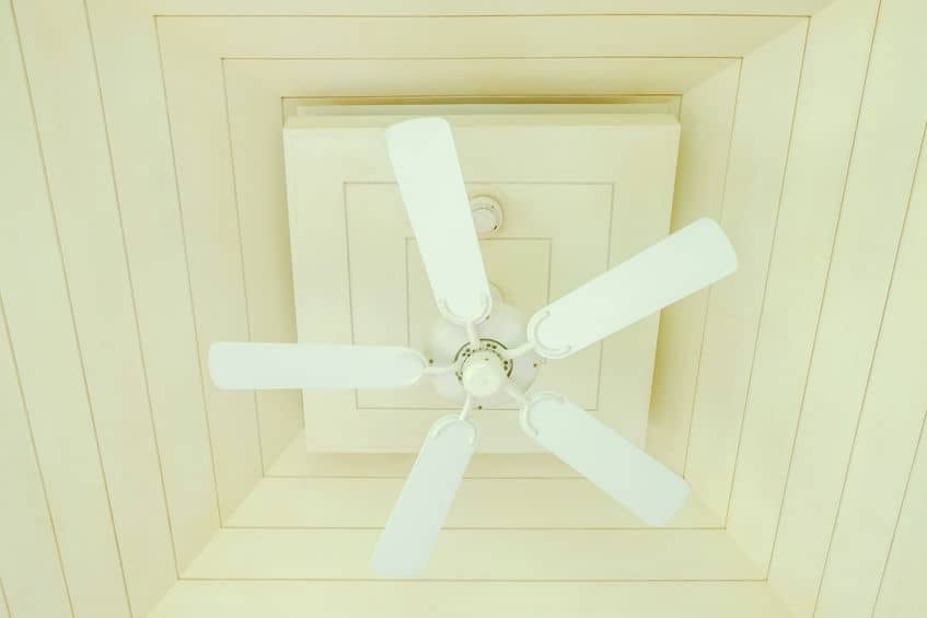 Ventilador de teto branco num teto de madeira clara