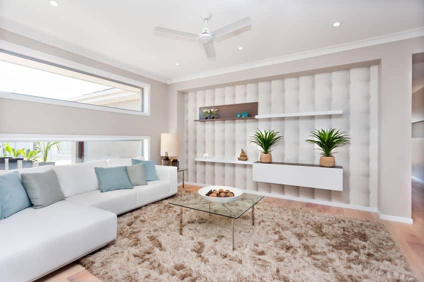 Sala com ventilador de teto branco