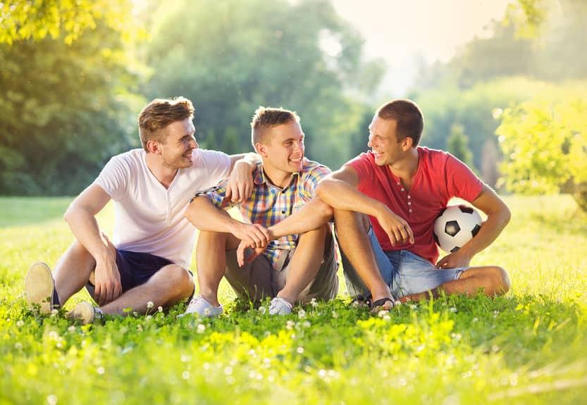 Imagem de amigos em parque.