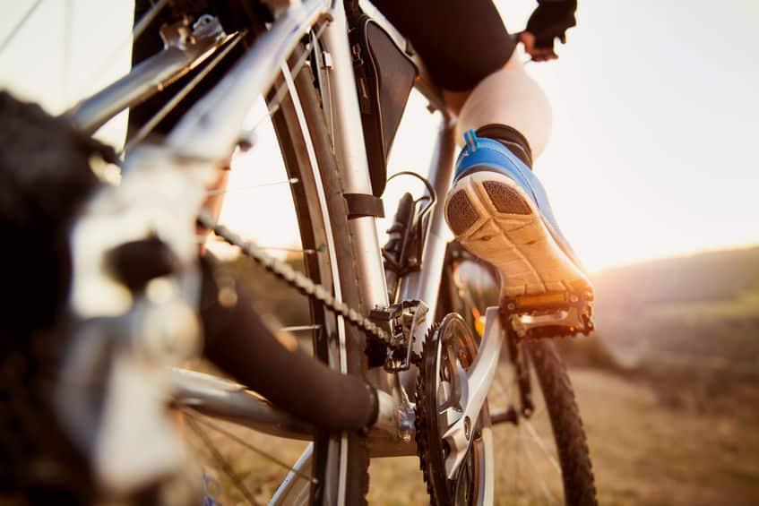 Imagem de homem andando de bicicleta.