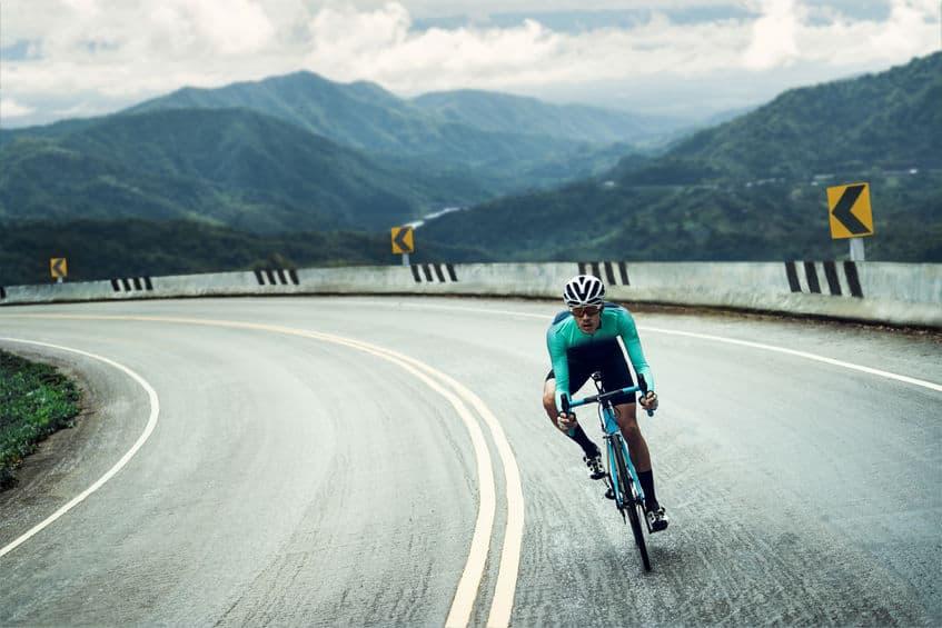 Imagem de ciclista em rodovia.