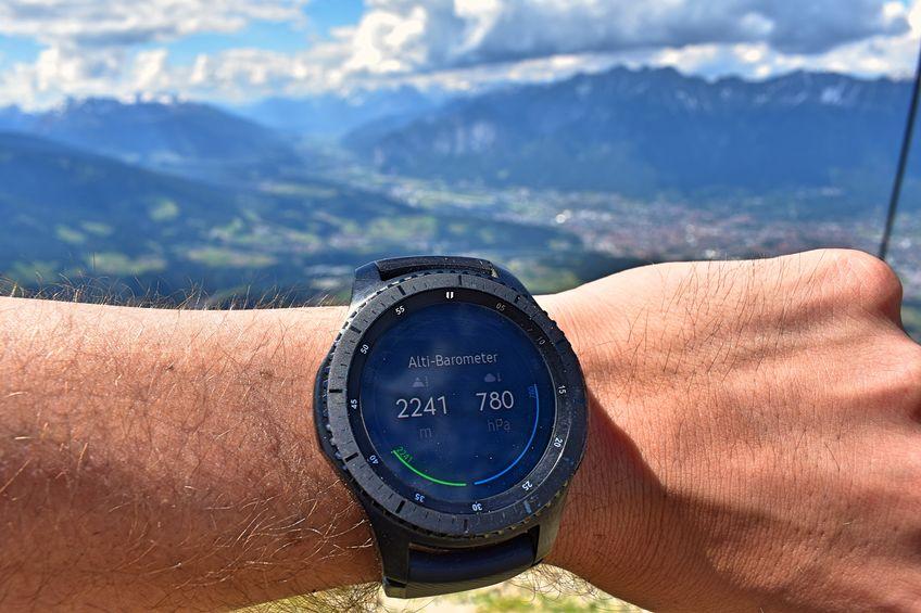 corredor com smartwatch