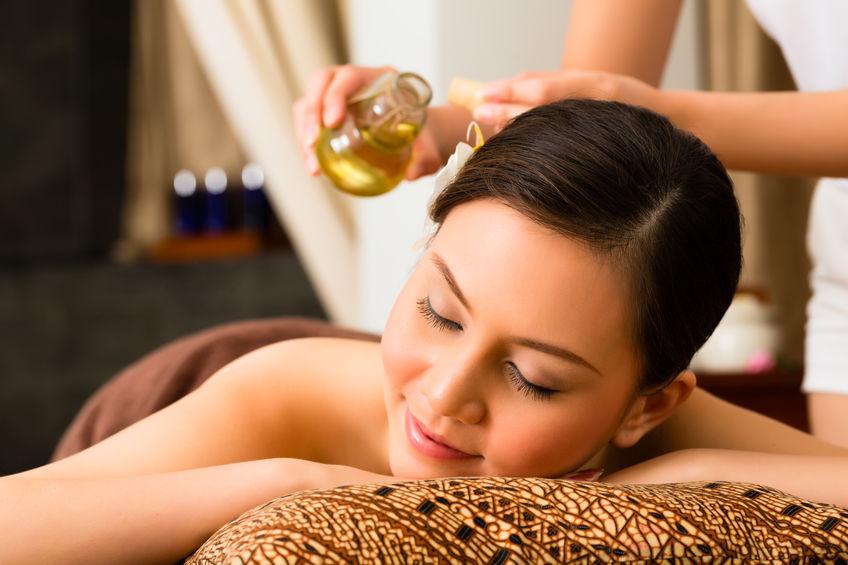 Mulher recebendo uma massagem