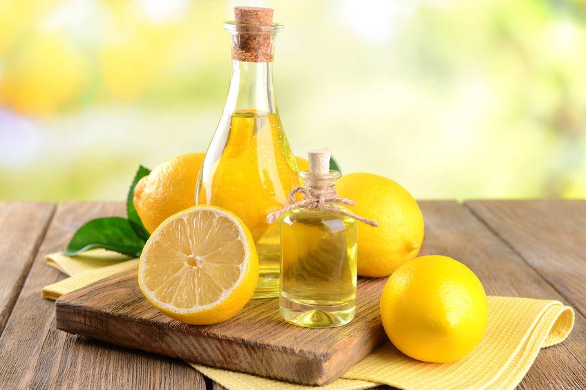 frascos com óleo de limão