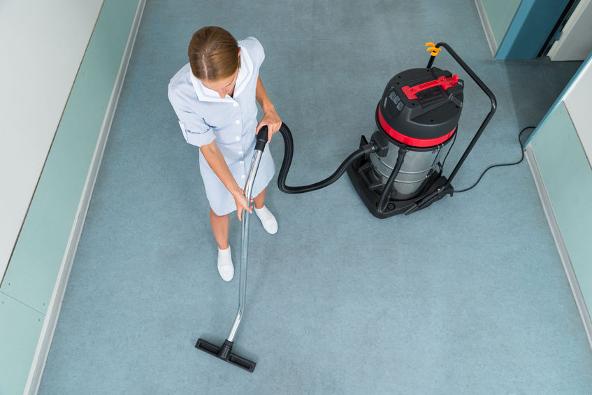 garota fazendo limpeza